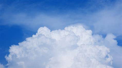 gambar langit sinar matahari suasana siang hari gumpalan awan biru awan awan hd