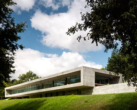 Moderne Häuser Portugal by Spaceworkers Stretches Sambade House Across Portuguese