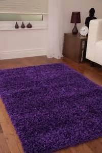 lila teppich sorgt fur eine gehobene atmosphare im raum With balkon teppich mit lila tapete wohnzimmer