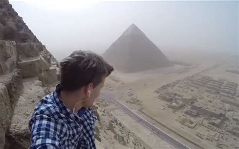 Video A Teen Climbed The Pyramid Of Giza Travel Leisure