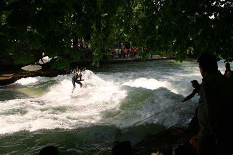 Surfer München Englischer Garten Adresse eisbachsurfer im englischen garten die stehende welle