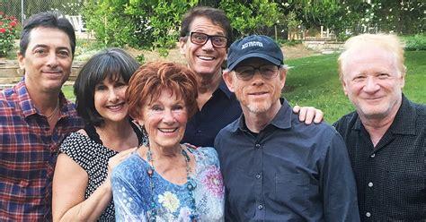 happy days cast reunites  honor late costar erin moran