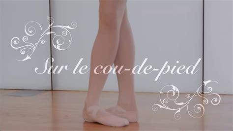 Le De Salon Sur Pied Sur Le Cou De Pied