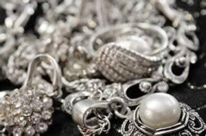 Silber Reinigen Hausmittel : silberschmuck reinigen und pflegen die besten hausmittel meine haushaltstipps ~ Markanthonyermac.com Haus und Dekorationen