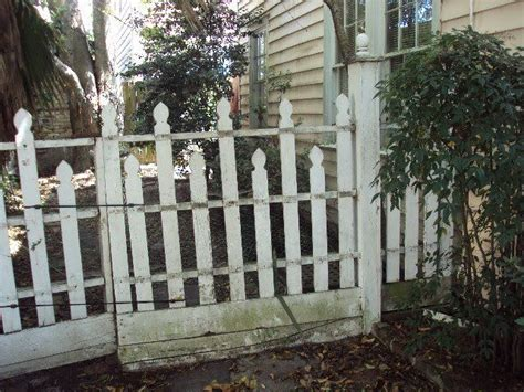 Best 25+ Wood Picket Fence Ideas On Pinterest