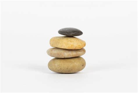 Steine Aufeinander Gestapelt by Aufeinander Gestapelte Steine Vor Wei 223 Em Hintergrund