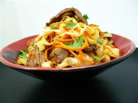 cuisiner avec un wok wok de chou pointu la recette facile par toqués 2 cuisine