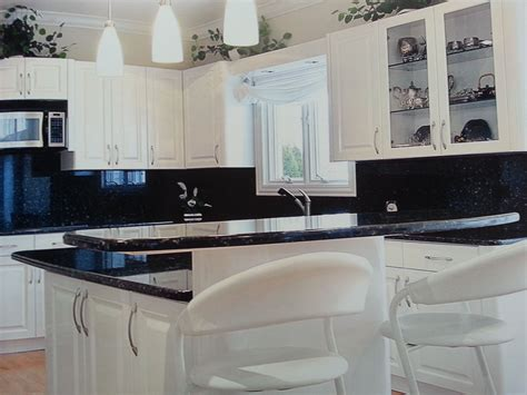 cocina en laca blanca mate  encimera en granito negro