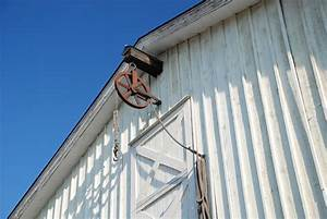 Art stable designed for cross ventilation for Barn hoist system