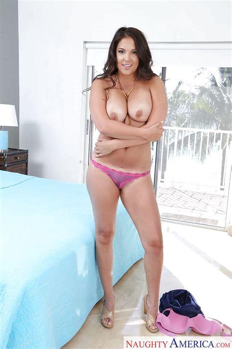 latina milf jessie jett has the curves any real woman