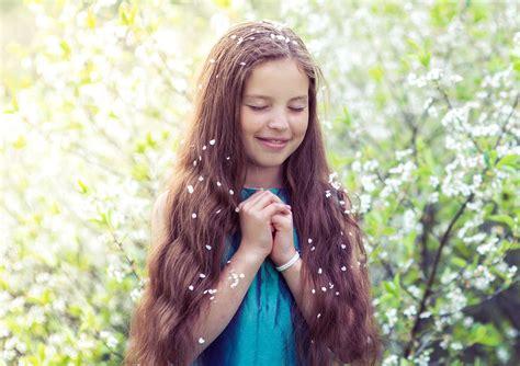 Little Girl Praying Wallpaper DreamLoveWallpapers