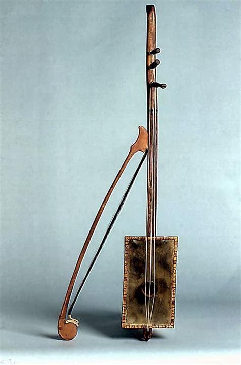 Gamelan adalah himpunan alat musik tradisional yang berasal dari jawa tengah, biasanya menonjolkan demung, saron, gambang, kendang, dan gong. Mengenal 12 Alat Musik dari Jawa Barat yang Khas dan Menarik