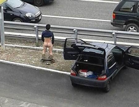 boulgom si e auto varese uomo esce dall 39 auto si spoglia e corre nudo in