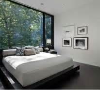 wohnzimmer mit dunklen holzboeden methodepilates
