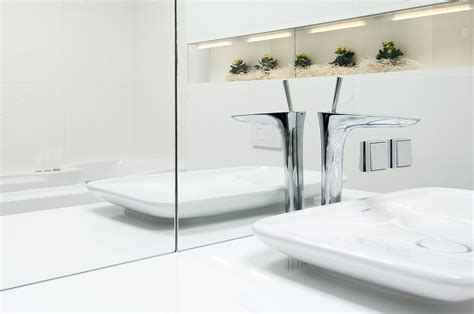 bathroom reflective white surfaces with decorative niche
