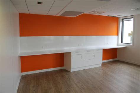 bureau avec plan de travail espace de convivialité avec plan de travail element