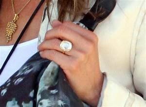 jennifer aniston shows off her engagement ring With jennifer aniston wedding ring