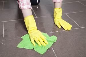 Bad Fliesen Richtig Putzen : badezimmer richtig putzen tipps und tricks ~ Markanthonyermac.com Haus und Dekorationen