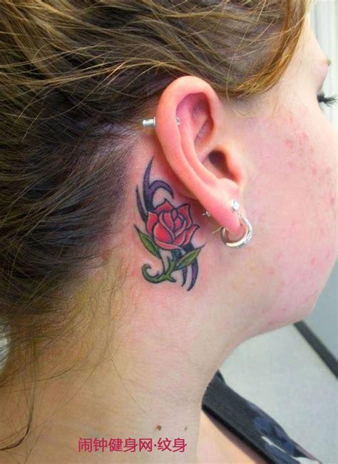 右耳耳后的红色小玫瑰花纹身耳后纹身闹钟纹身