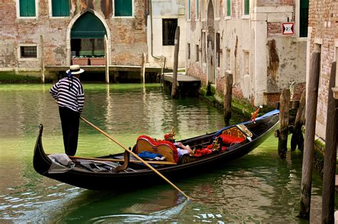 Venice Gondola Or Boat by 15 Facts You Never Knew About Venice Gondolas
