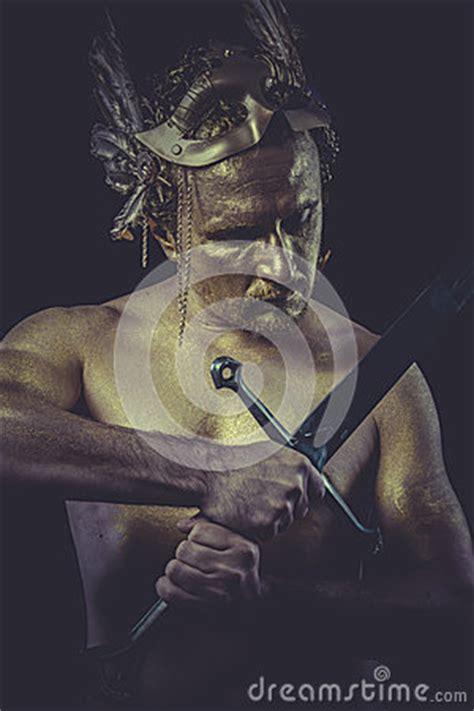 l homme fort avec le corps a peint le masque de plume d or