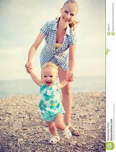 Erste Schritte Baby : mutter und baby die erste schritte tun stockfoto bild 39089434 ~ Orissabook.com Haus und Dekorationen