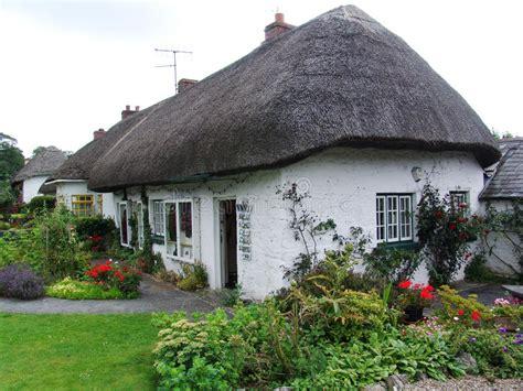 cottage in irlanda cottage tipico in irlanda immagine stock immagine di