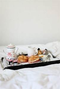 Table Petit Dejeuner Lit : petit d jeuner au lit pour son ch ri croissants on r ve toutes d un petit d jeuner au lit ~ Teatrodelosmanantiales.com Idées de Décoration