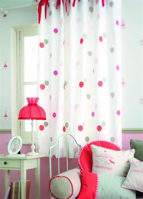 rideaux de chambre de fille rideaux à nouettes rouges chambre de fille jules