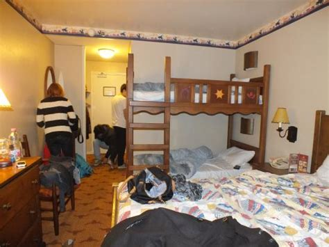 chambre hotel disneyland notre chambre picture of disney 39 s hotel cheyenne marne