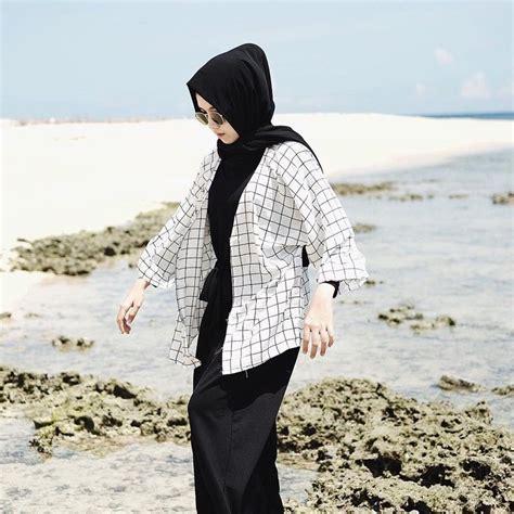 outfit hijab buat  pantai