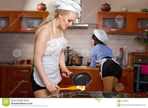 femme en cuisine femme faisant frire des oeufs images stock image