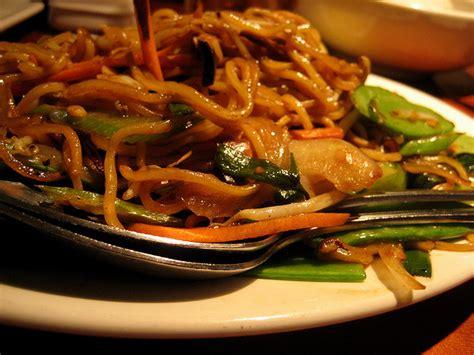 cuisiner des nouilles chinoises recette nouilles chinoises sautées aux légumes et au boeuf