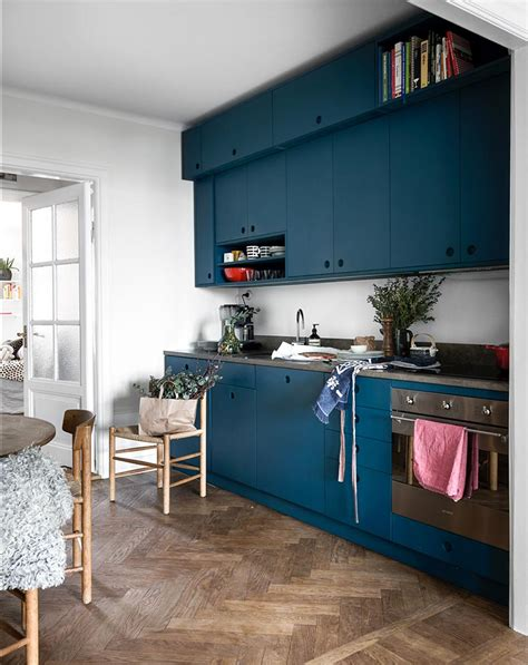 otra cocina azul  suelos de roble en espiga