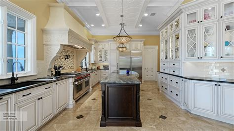 Kitchens With Contrast : Traditional Kitchen With Contrasting Colors