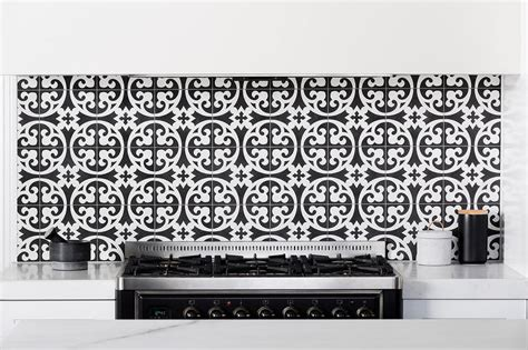 Black And White Backsplash Tile : Kitchen Cooktop With Black And White Cement Circle