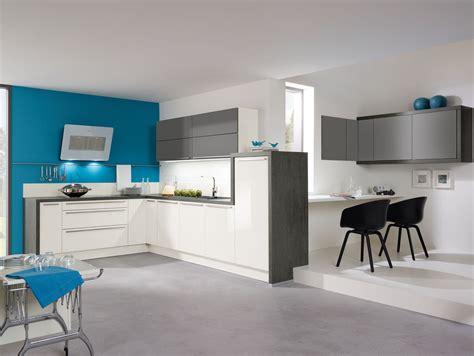 cuisine en bleu cuisine aviva en l fonctionnelle bleu blanc gris