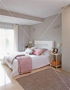 Schlafzimmer Rosa Grau : doppelbett mit decken und zierkissen in zartem grau und rosa vor grau get nten ~ Frokenaadalensverden.com Haus und Dekorationen