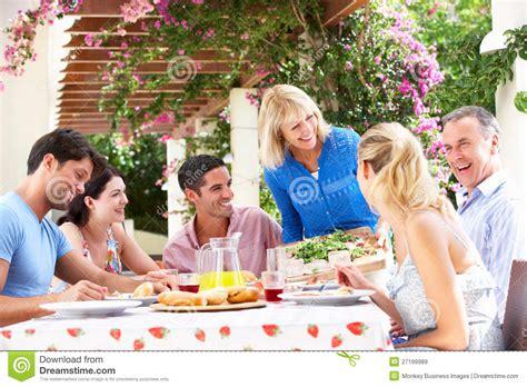 Jeune Et Aîné Repas De Famille De Couples Images Libres De