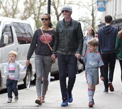 foto de Chris Evans in London sunshine with wife Natasha