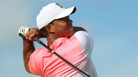 Tiger Woods rolls in 20-foot eagle after driving green ...