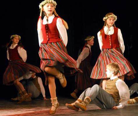 Latviešu tautas dejas. - Spoki