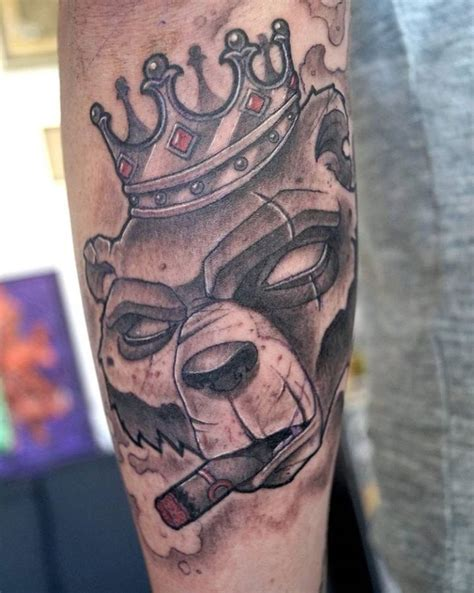 tatouage couronne main homme