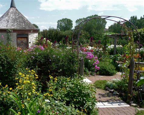 cottage style wallpaper 1000 ideas about cottage gardens on