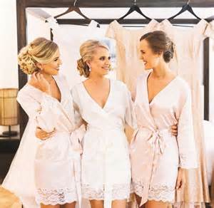bridesmaid robe 17 beste ideeën wedding robe op één schouder hemdjes robe de mariée encolure