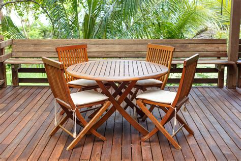 table de jardin bois choix et prix d une table en bois ooreka