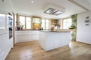 Küchen Hochschrank Weiß : k che wei hochglanz eichenboden elemente aus altholz deckenl fter k che pinterest ~ Buech-reservation.com Haus und Dekorationen