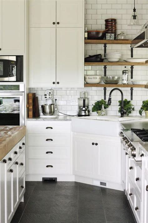 cuisine bleue et blanche la cuisine blanche et bois en 102 photos inspirantes
