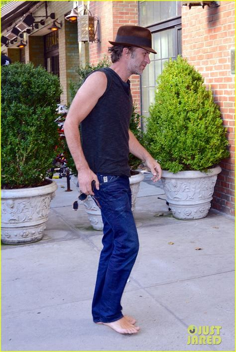 thomas jane walks barefoot   york city street