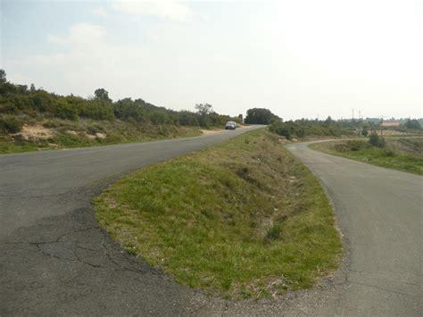 route qui monte et qui descend aux alentours des coteaux du minervois balades et oenotourisme les coteaux du minervois